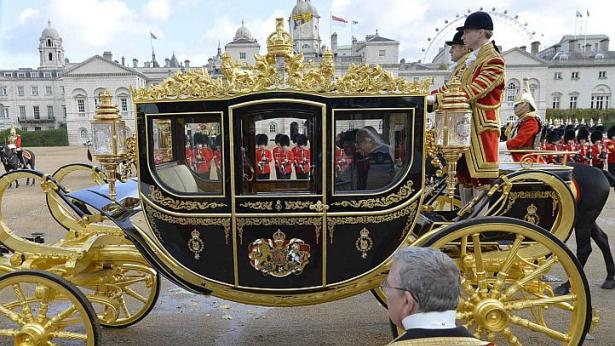 President Tony Tan Keng Yam leaves in a carriage with Britain's Queen Elizabeth II after attending a ceremonial welcome at Horse Guards Parade in London. -Photo: Reuters