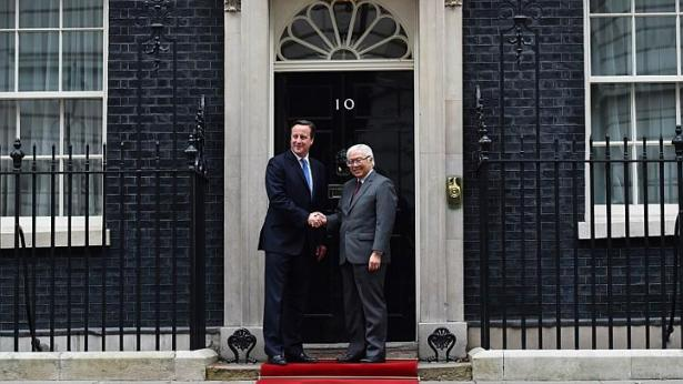 Britain's Prime Minister David Cameron shakes hands with President Tony Tan Keng Yam at the door of No. 10 Downing Street in central London on Oct 22, 2014. -- PHOTO: AFP