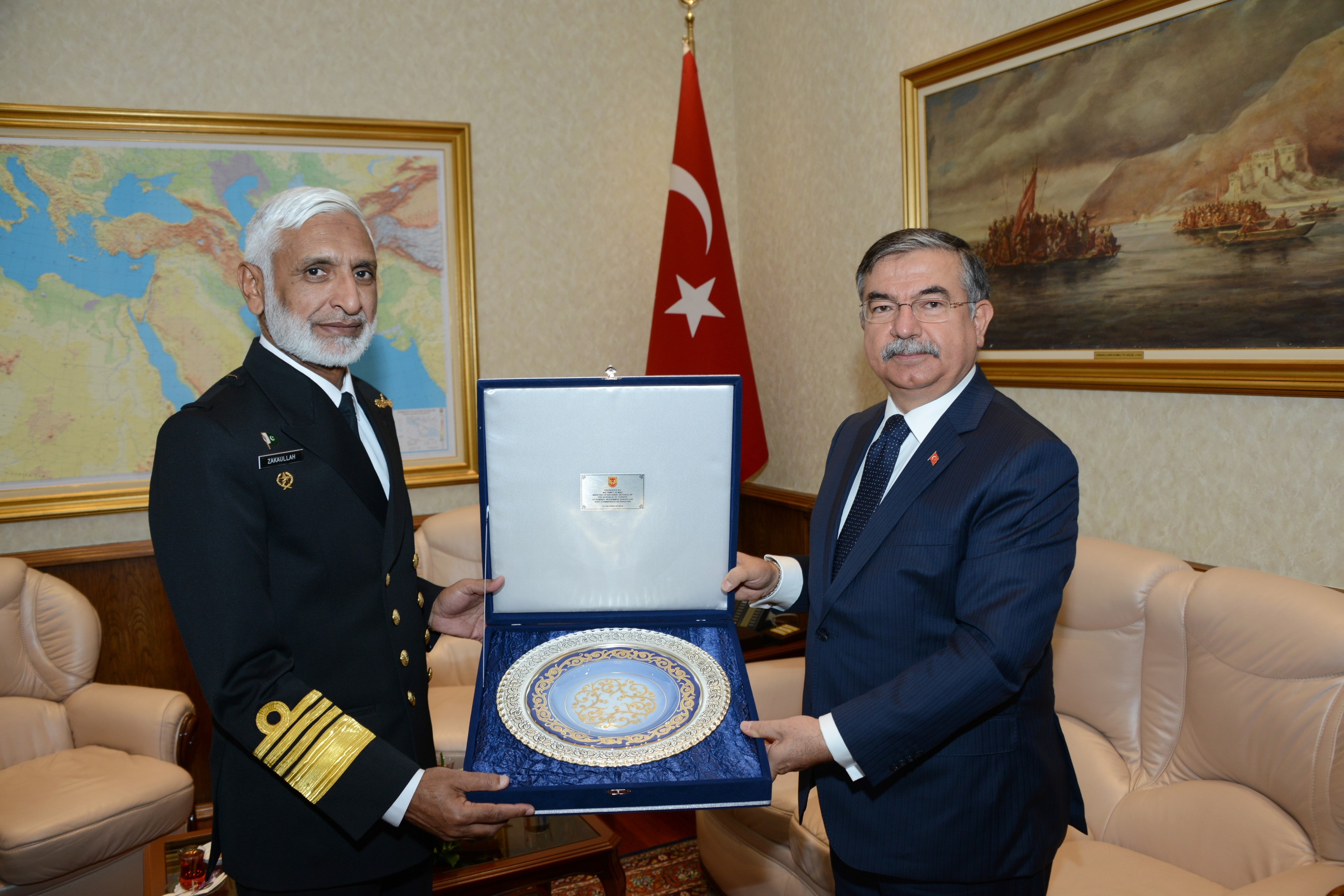 Turkish Defence Minister presenting a memento to Pakistan Naval Chief.