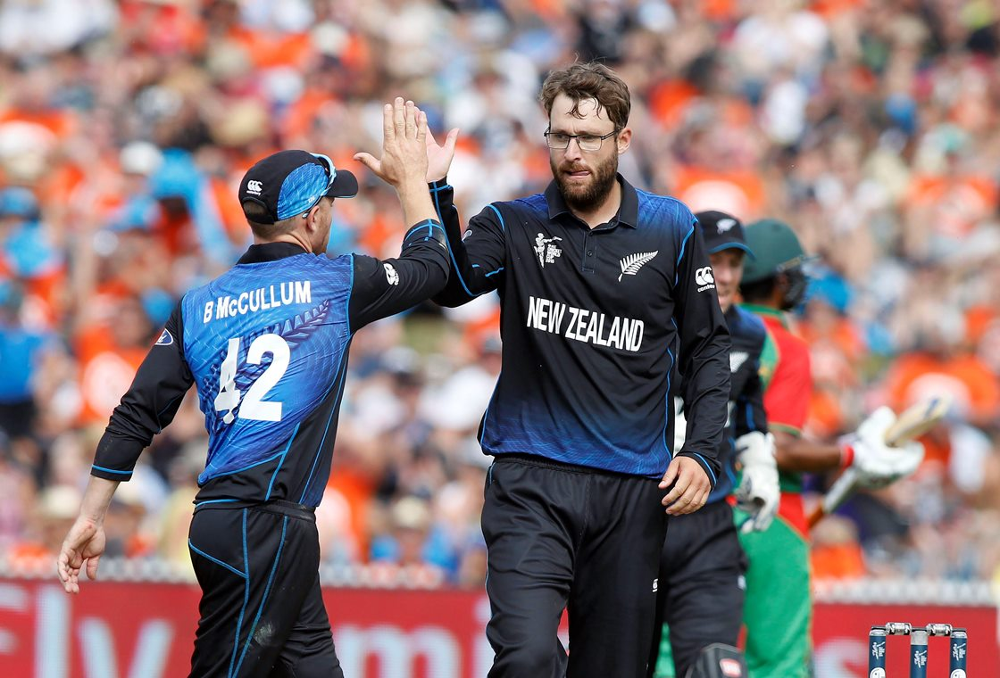 New Zealand's Daniel Vettori (R) celebrates dismissing Bangladesh's Soumya Sarkar with Brendan McCullum (L) during their Cricket World Cup match in Hamilton March 13, 2015. REUTERS/Nigel Marple (NEW ZEALAND - Tags: SPORT CRICKET)