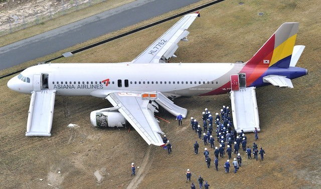 An aerial view shows Asiana Airlines plane surrounded by workers and investigators at Hiroshima airport in Mihara, Hiroshima prefecture, western Japan, April 15, 2015. Photo: Yomiuri Shimbun/EPA