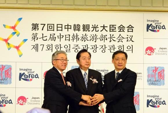 South Korean Minister Kim Jong-deok (left), Japan's Akihiro Ota (center) and their Chinese counterpart Li Jinzao (right) are eager to expand tourism.