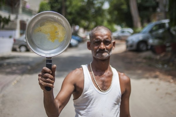 Ajay Yadav, 49, cooked an omelette outdoors on a frying pan amid a heat wave in New Delhi, India, on May 29. Photo: Barcroft India