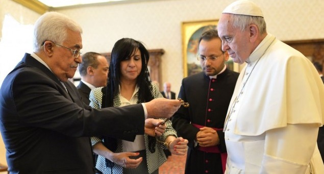 Pope Francis exchanges gifts with Palestinian Authority President Mahmoud Abbas at the Vatican on May 16, 2015 - Photo: Alberto Pizzoli via AP