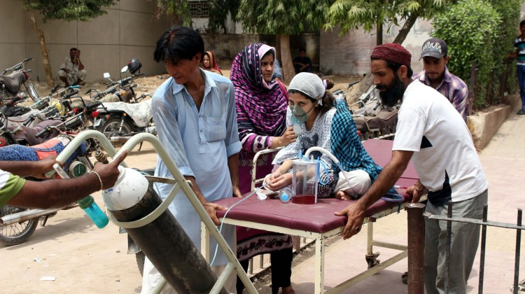 Hundreds of Karachi residents are being treated for heat-related conditions including fever and dehydration, at Jinnah Hospital on Monday as a deadly heat wave sweeps over the country and reportedly takes over 200 lives. (AAP Image/NewZulu/Syed Rizwan Ali).
