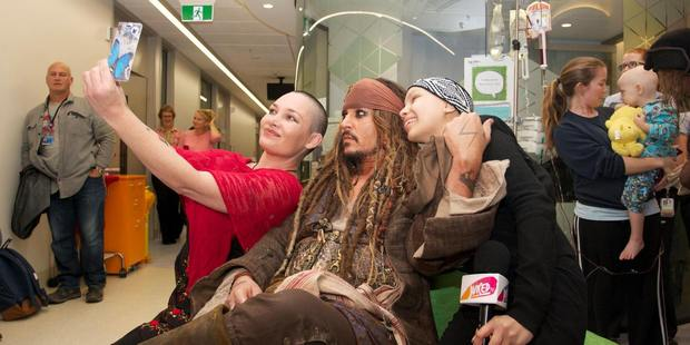 Johnny Depp poses with fans for a photo at Lady Cilento Children's Hospital. Photo/Facebook