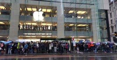 Hundreds queue in Sydney to get their hands on the new iPhone 6S. Photo: Gizmodo Australia