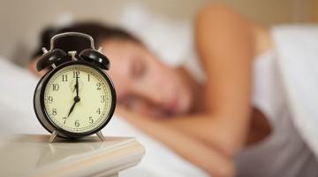 sleeping-woman-and-alarm-clock