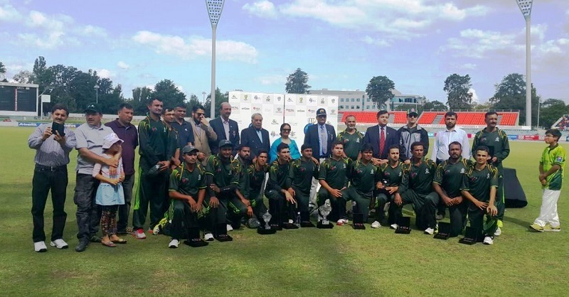 Naila Chohan Pakistani High Commissioner to Australia and Rear Admiral Ahmed Saeed with Pakistan Navy's cricket team after wining International Defence Forces Challenge Cup 2015 at Canberra, Australia