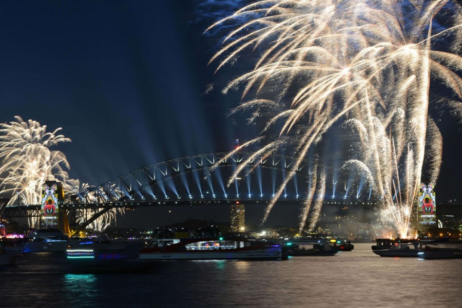 New-Years-Eve-fireworks-illuminate-Sydneys-iconic-Harbour-Bridge-and-Opera-House-during-the-traditional-early-family