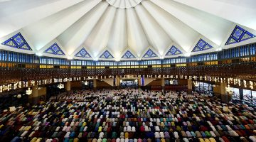 Malaysian Muslims offer Eid-ul-Fitr prayers at the National mosque in Kuala Lumpur. Photo: Manan Vatsyayana/ AFP