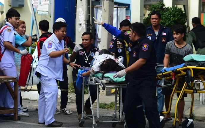 Rescue workers tend to an injured victim after a bomb exploded in Hua Hin on August 12, 2016
