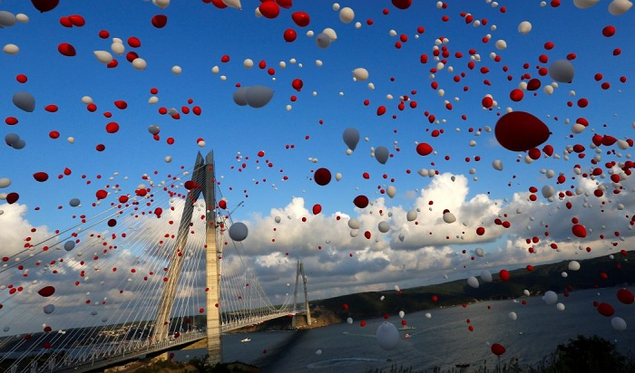 Red and white balloons are released during the opening ceremony of newly built Yavuz Sultan Selim bridge, the third bridge over the Bosphorus linking the city's European and Asian sides in Istanbul, Turkey on August 26, 2016. Photo: Murad Sezer/Reuters