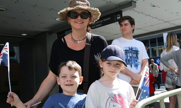 PHOTO: Anna Loughton with kids Harry and Milly at the welcome home parade. Photo: Matt Eaton/ABC News