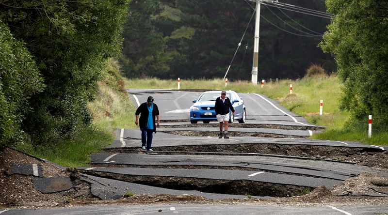 Local residents Chris and Viv Young look at damage caused by an earthquake along State Highway One near the town of Ward, south of Blenheim on New Zealand's South Island, November 14, 2016. Phoot: Anthony Phelps/Reuters