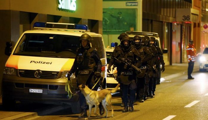 Police stand outside an Islamic center in central Zurich, Switzerland on Dec. 19, 2016. Photo: Arnd Wiegmann/Reuters