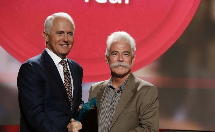 Prime Minister Malcolm Turnbull awards Australian of the Year Alan Mackay-Sim. Photo: Jordan Hayne/ABC News