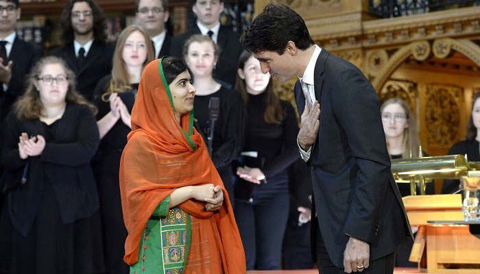 Pakistani activist and Nobel Peace Prize winner Malala Yousafzai, left, is presented with an honorary Canadian citizenship by Prime Minister Justin Trudeau in Parliament Hill in Ottawa on April 12, 2017. Photo: Adrian Wyld/The Canadian Press