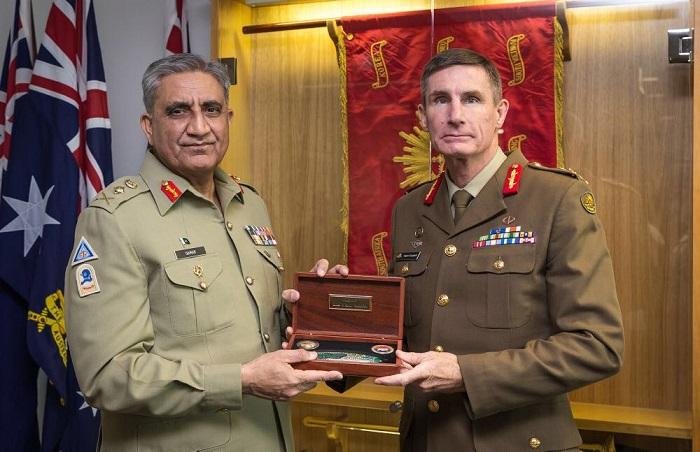 Pakistan Army Chief General Qamar Javed Bajwa presented shield by Australian Army Chief Lt Gen Angus J. Campbell. Photo: ISPR